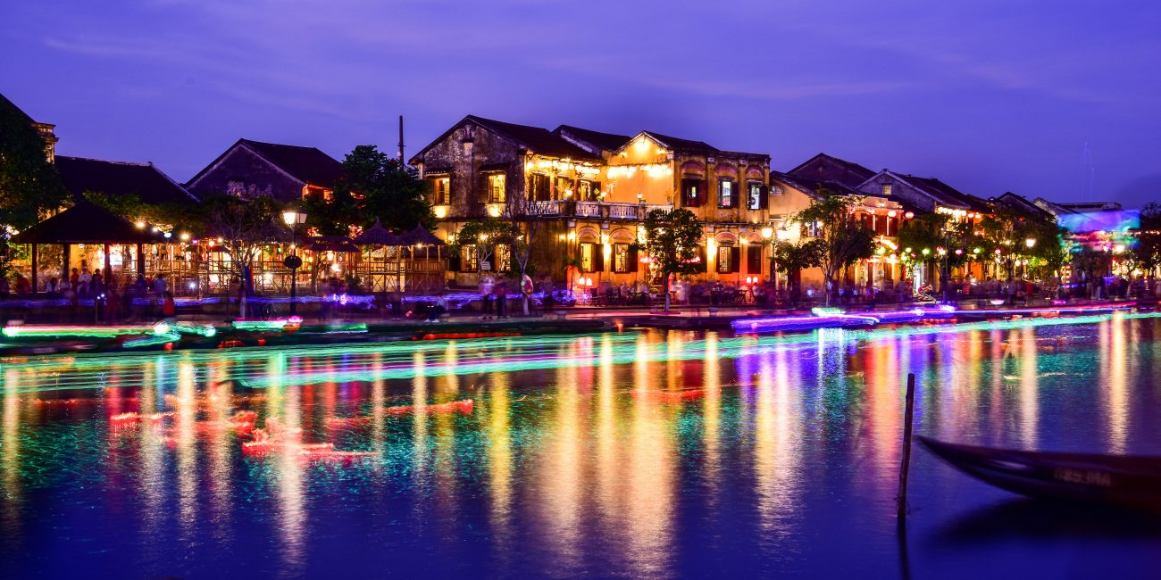 4 ways Exploring Hoian Ancient Town at night 4