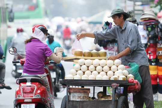 discover street vendor in vietnam